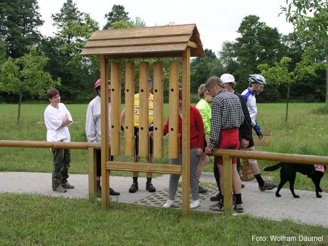 Foto: Das Holzklangspiel besteht aus 5 in einem Rahmen aufgehängten, ca. 1,5m hohen und mehr als armdicken Rundhölzern, die ausgehöhlt und mit Löchern versehen sind.