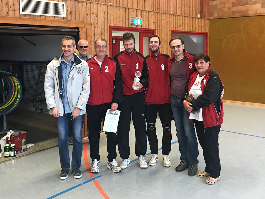 Foto: Team und Spieler der BBSV-Mannschaft mit Pokal und Urkunde in den Händen