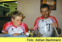 Foto: Nach einer Donnerstagstour Ende August 2001 sitzt die Gruppe bei einem Getränk im Haus der Berliner Blinden zusammen. Auf dem Foto von Adrian Bachmann sind Regina und Harald Vollbrecht zu sehen, wie sie der Tandemgruppe von ihrer Teilnahme am Triathlon berichten.