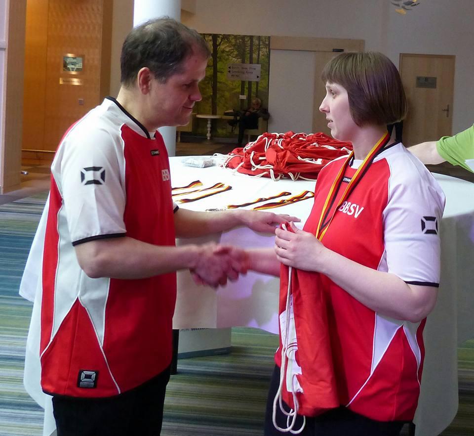 Foto: Antje Samoray als Dritte bei den Damen wird vom Vorsitzenden des BBSV,  Thorsten Wolf beglückwünscht.